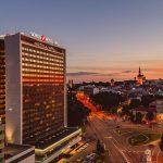 Sokos Hotel Viru ja Tallinnan kaupunki iltavalossa