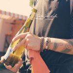 Tarjoilija esittelee viiniä Muhun viinitilalla