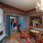 Kaksi vierailijaa ihailee Palmsen kartanon huonetta
