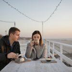 Pariskunta kahvilla rantakahvilassa Liepajassa