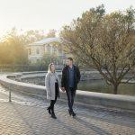 Pariskunta kävelyllä Liepajassa
