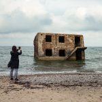 Nainen ottamassa valokuvaa Liepajan sotasatamassa
