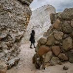 Nainen kävelee Liepajan sotasatamassa