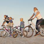 Perhe pyöräilemässä rannalla Latviassa