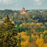 Turaidan linna Siguldassa metsän keskellä