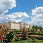 Rundalen linna ja ruusuja linnan puistossa