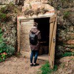 Ligatnen kylä, nainen seisoo oviaukossa