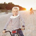 Perhe pyöräilee rannalla Latviassa
