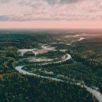 Joki halkoo Gaujan kansallispuistoa
