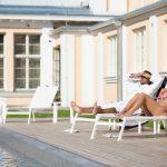 Pariskunta ottaa aurinkoa Hedon Span aurinkoterassilla