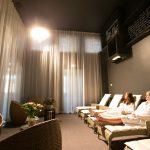 Kaksi naista rentoutuu Hedon Span spa-osaston rentoutumishuoneessa
