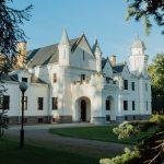 Alatskivin linnahotellin valkoinen julkisivu