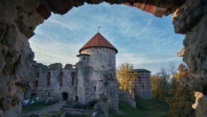 Cesisin linnan raunioita