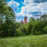 Turaidan linnan tornit puiden takana