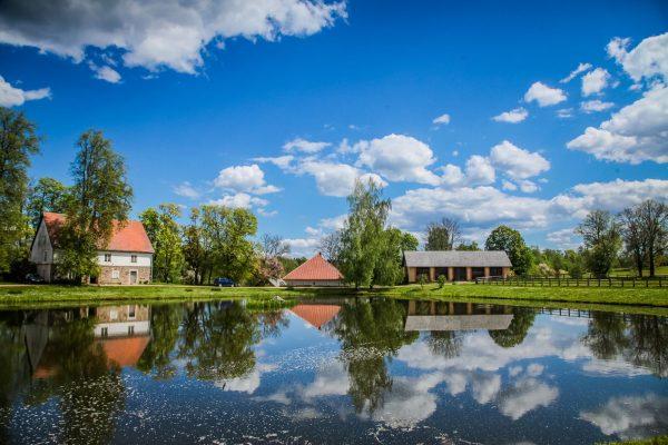 Turaidan linnan rakennuksia järven rannassa