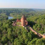 Turaidan linna metsän keskellä