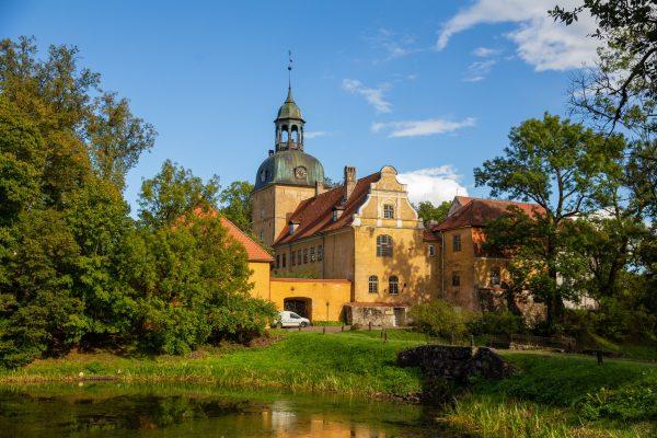 Lielstrauben linnan rakennuksia ja lampi