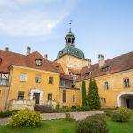 Keltaisia Lielstauben linnarakennuksia