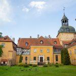 Keltaisia linnarakennuksia Lielstrauben linnassa