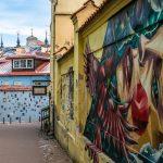 Rakennuksia ja katutaidetta Vilnan vanhassakaupungissa