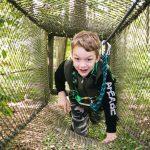 Lapsi Valgerannan seikkailupuiston radalla