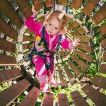Pieni tyttö seikkailuradalla