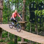 Nainen pyöräilee seikkailuradalla