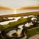 Golf kenttä veden äärellä