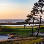 Auringonlasku golf kentällä