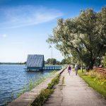 Pariskunta kävelee aurinkoisella ilmalla Haapsalun rantapromenadilla