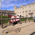 Rakveren linnan sisäpiha, keskiaikainen teemapuisto, puisia hevosia