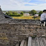 Pieni poika katselee kaupunkin maisemia Rakveren linnoituksen raunioilta