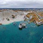Rummun hylätty vankila ja kaivosalue, sekä kirkas järvi syksyllä