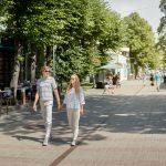 Pariskunta kävelykadulla Jurmalassa