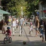 Ihmisiä kävelykadulla Jurmalassa