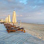 Rantatuoleja Jurmalan hiekkarannalla