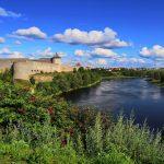 Narvajoen vastarannalla näkyvä venäläinen Ivangorodin kaupunki ja Iivananlinna