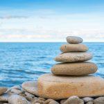 Kasattuja kiviä Toilan rannalla