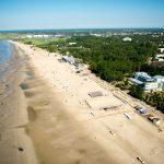 Ilmakuva Pärnun lähes autiosta hiekkarannasta keväisenä aamuna