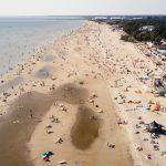 Ihmisjoukkoja Pärnun rannalla kauniina kesäpäivänä