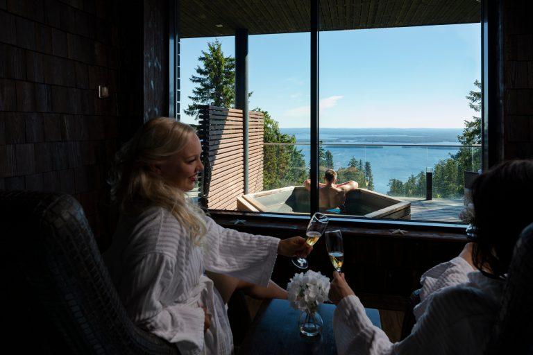 Kaksi naista nauttii kuohuviiniä Sokos Hotel Kolin relax Spassa