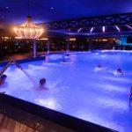 Ihmisiä uimassa Sokos Hotel Bomban allasosastolla