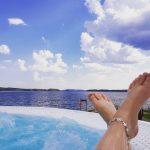 Kesäiset varpaat Sokos Hotel Bomban ulkoporealtaassa, kesäinen näkymä järvelle