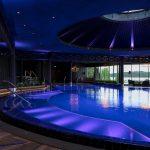 Nurmeksen Sokos Hotel Bomban allasosasto, ikkunoista järvimaisema