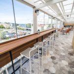 Savonlinnan Seurahuoneen ravintolasali, josta panoraamanäkymä kaupunkiin ja järvelle