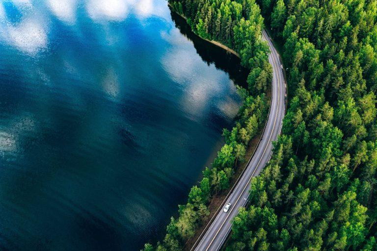 Ilmakuva järvenrantaa mukailevasta tiestä ja metsästä.