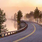 Kapea tie varhaisen aamun sumussa.