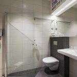 Comfort Hotel LT:n kylpyhuone suihkulla
