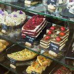 Laulasmaa Span aulan kahvilan vitriinistä löytyy mm. red velvet kakkua ja tiramisua