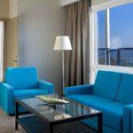 Laulasmaa Span sviitin olohuoneen siniset sohvakalusteet, ikkunasta merinäköala